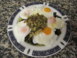 Huevos escalfados con espinacas y champis